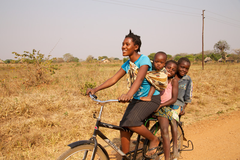 World Bicycle Relief – Familie auf dem Buffalo-Rad
